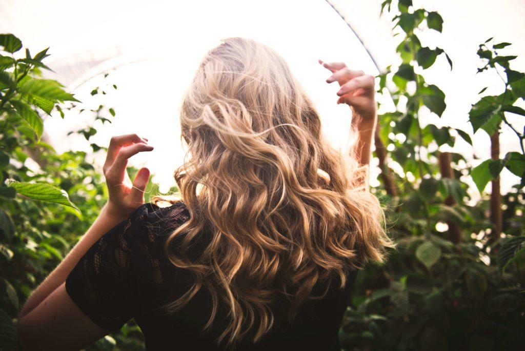 Πέντε βήματα για να έχεις λαμπερά μαλλιά!