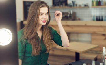 Κοπέλα χρησιμοποιεί το καλύτερο μολύβι φρυδιών της αγοράς από το myaroma.gr